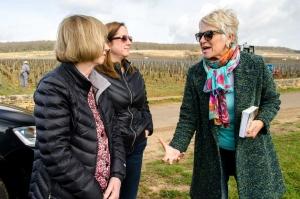 Colette-Barbier-explique-le-vin-et-le-terroir-lors-d'un-wine-tour