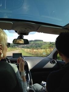 Colette Barbier en voiture avec une client sur la route des vins de Bourgogne